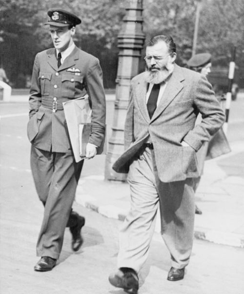 ছবিঃ রোয়াল্ড দাল এবং আর্নেস্ট হেমিংওয়ে, লন্ডন, ১৯৪৪